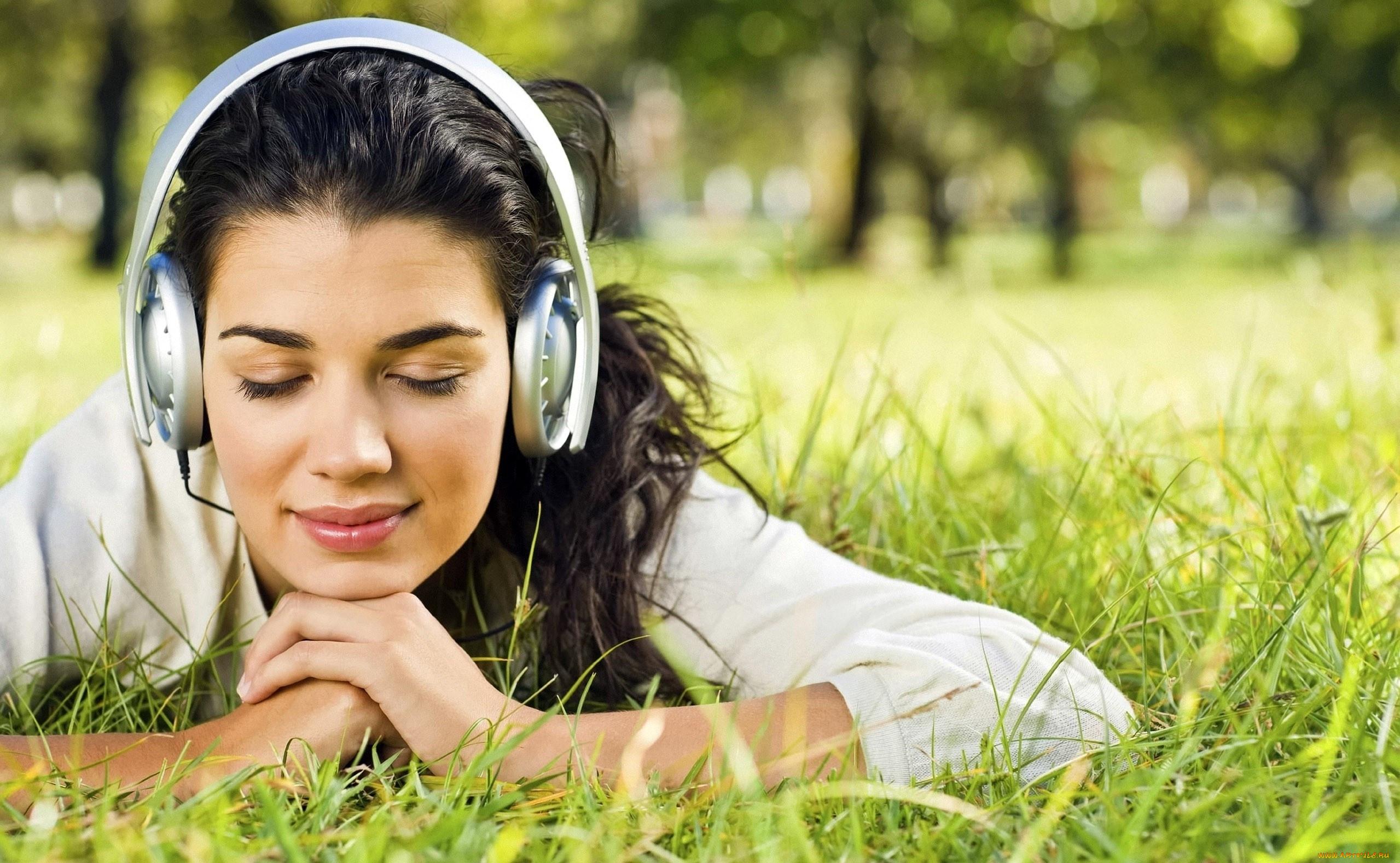 Картинка девушка слушает музыку дома